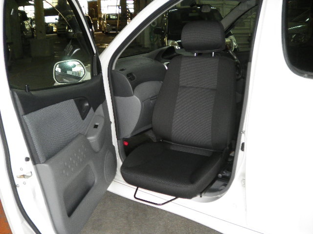 トヨタ ファンカーゴ X ターンアウトの福祉車両改造事例2
