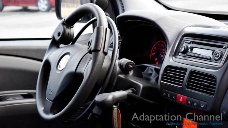フィアット500 L X アクセルリング&ブレーキレバーの福祉車両改造事例5