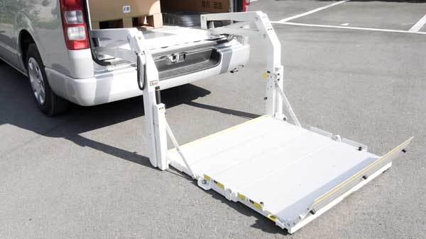 【はたらくクルマ】後付け!ハイエース荷役用リフト、クレーン架装いたします。